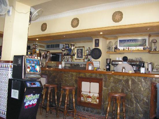 Hotel La Janda: Spanish 'breakfast-lunch-tapas-beer' bar