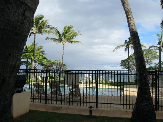 WorldMark at Kapaa Shores: Pool overlooking the ocean