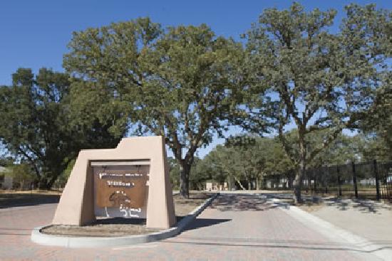 Hidden Oaks Village: Front entrance