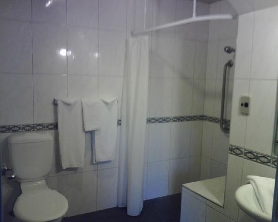 Airport Motel: bathroon