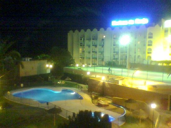 Rio Marinas Apartamentos: the pool and the bigger hotel next door