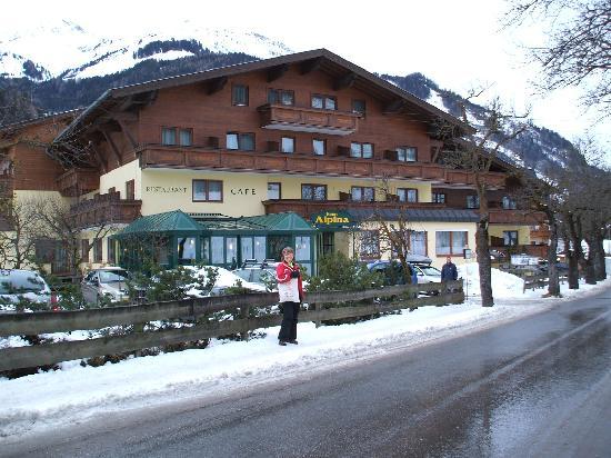 Alpina Hotel: Snowy Hotel