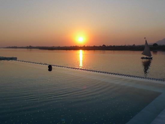 Hilton Luxor Resort & Spa: infinity pool at sunset