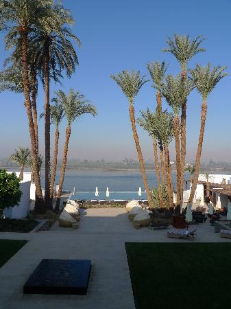 Hilton Luxor Resort & Spa: infinity pool day time from room
