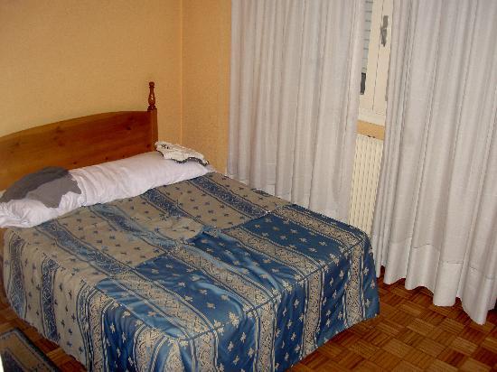 San Glorio Hotel : Cama doble pequeñita y un poco incómoda