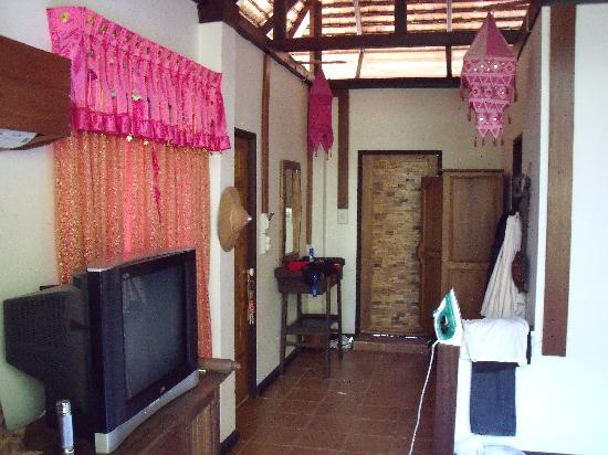 Huarn Jana Boutique Resort: pink room