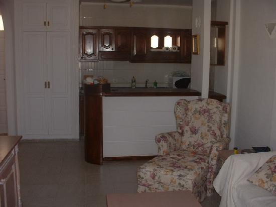 Castalia Vistamar: sitting room area and kitchen