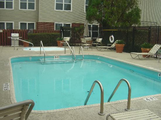 Residence Inn Austin South: Small Pool w Hottub