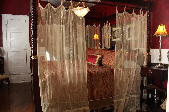 The Saragossa Inn B&B: King Size Bed in Southwind