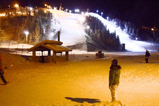Ruka : The red runs on the frontside slopes at night.