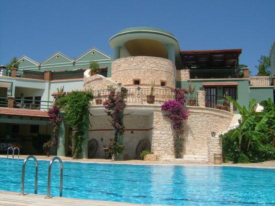 Kalkan Regency Hotel: Pool to reception