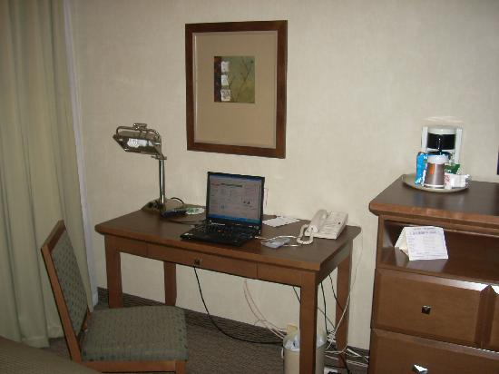 Carriage House Inn: desk in deluxe room