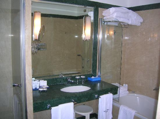 Grand Hotel Excelsior Vittoria: Well appointed bathroom