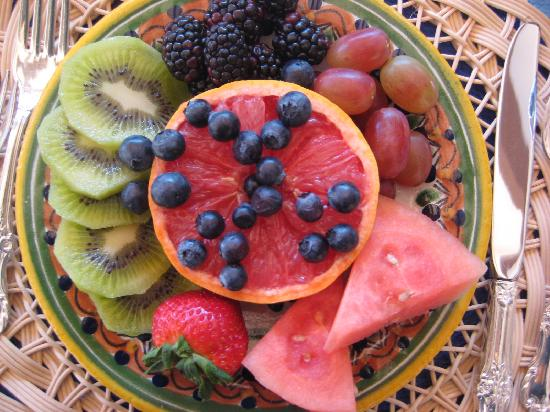 Casa Chocolate Bed and Breakfast: Gorgeous fruit plate