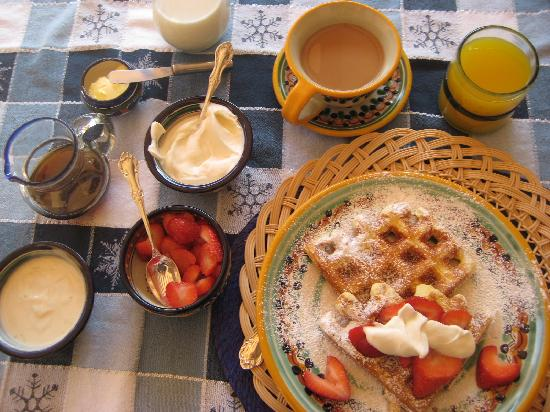 Casa Chocolate Bed and Breakfast: Waffle Day
