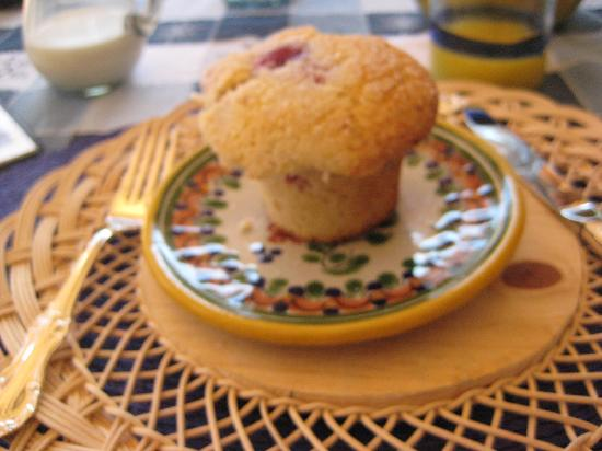 Casa Chocolate Bed and Breakfast: Cathy's signature white chocolate raspberry muffin--when she can get raspberries