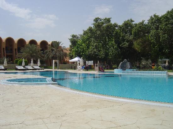 Golden Tulip Al Jazira: hotel pool