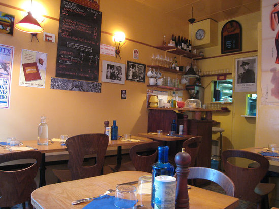 Le Petit Vatel: Very small inside - view from the corner table