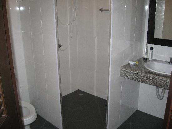 Surin Sunset Inn: bathroom