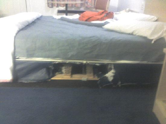 Motel 6 Benton Harbor: hole in bed