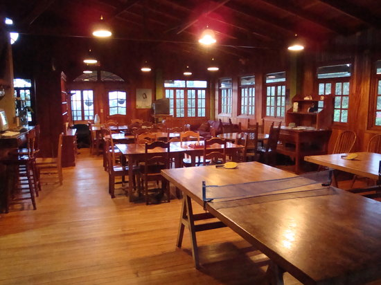Los Quetzales Lodge & Spa: Huge game room with ping pong, foosball, etc.