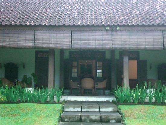 Rumah Sleman: A view of the dining area from the garden