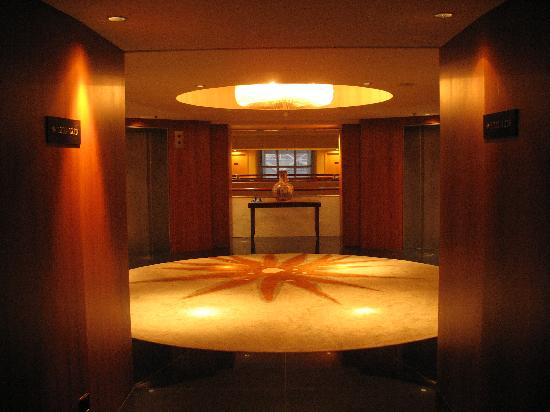 Mandarin Oriental, Singapore: Lift lobby level 12