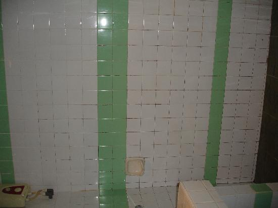 Sunset Beach Resort: bathroom, notice the inground mould