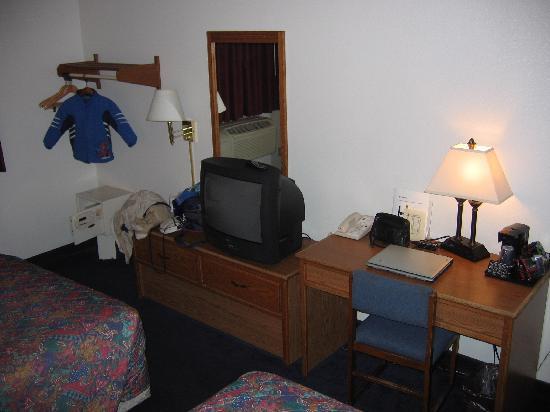 Super 8 Richmond/Chamberlayne Rd: Desk area