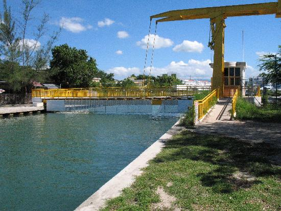 Mayaguez, Porto Rico : lift bridge into town