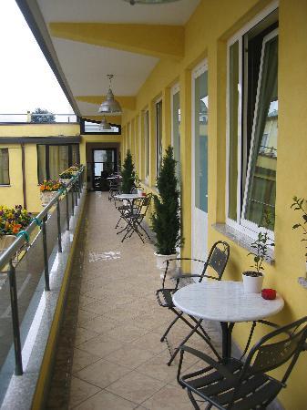Ai Cipressi Bed & Breakfast: Hotel Ai Cipressi: la galerie qui mène aux chambres