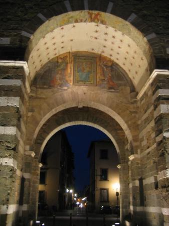 Ai Cipressi Bed & Breakfast: À quelques centaines de pas d'AI Cipressi, on pénètre dans le vieux Lucca par la la Porta Elisa.