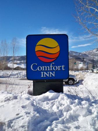 Quality Inn & Suites : Hotel sign in snow