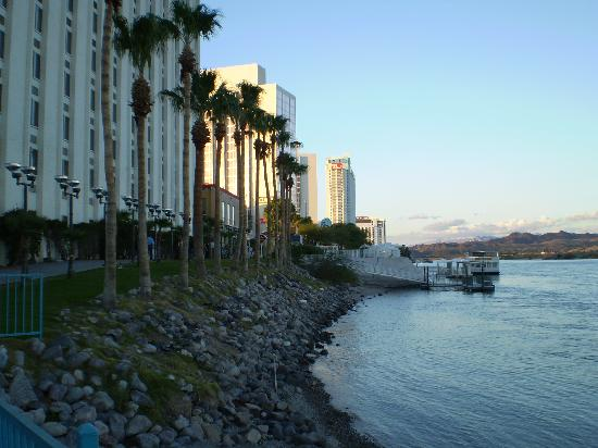 Edgewater Hotel & Casino: View along the riverwalk toward the riverside.