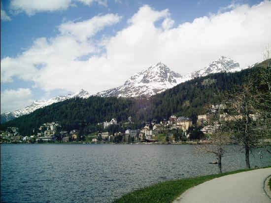 St. Moritz, Suiza: 湖畔の散策道から対岸の町と雪山