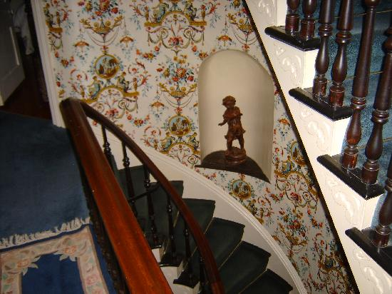 Brownstone Inn Downtown: Stairway to first floor