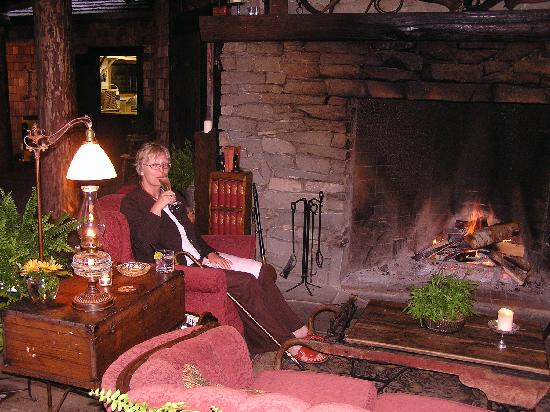 Clayoquot Wilderness Resort: Restaurant log fire