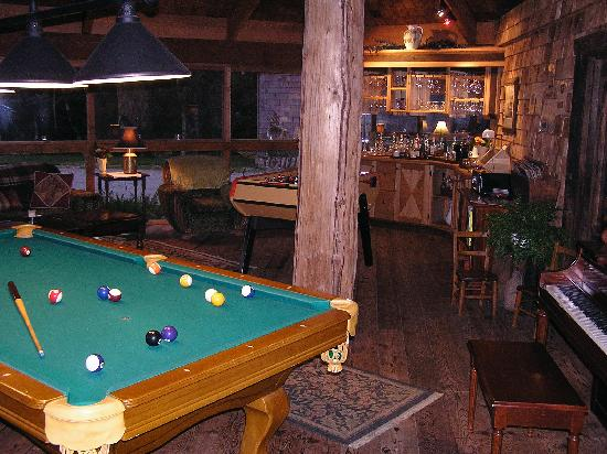 Clayoquot Wilderness Resort : Pool room with bar