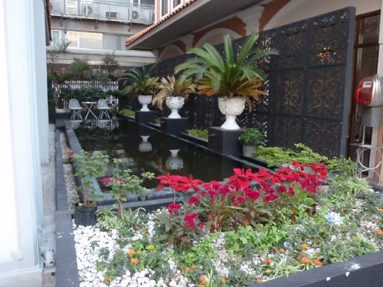 The Heritage Baan Silom Hotel : outside hotel