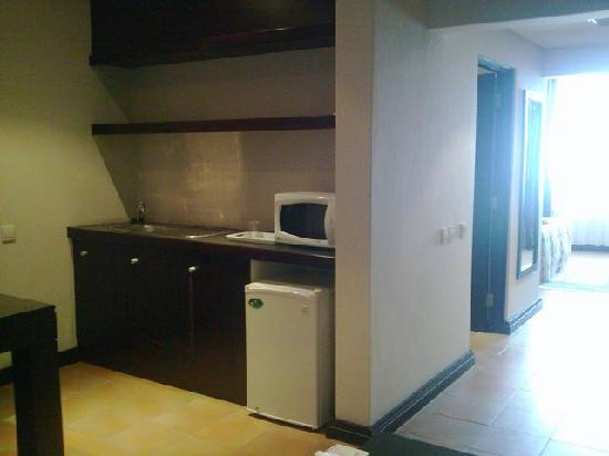 Blue Pearl Hotel: Kitchenette - leading to room