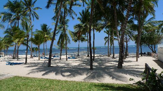 Sandies Coconut Village: tooer weiträumiger Hotelstrand Coconut Village