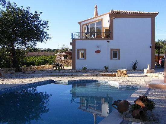 Quinta Arruba Guest House: Guest House & pool