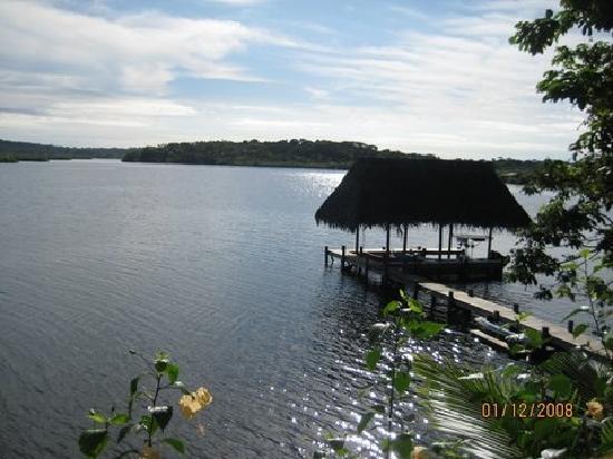 Garden of Eden Inn: Sunny view onto rear dock and bay