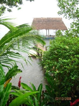 Garden of Eden Inn: Rear dock area from our balcony in rainy Bocas
