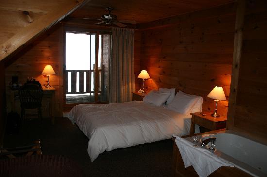 Hotel Sacacomie: le lit avec superbe literie