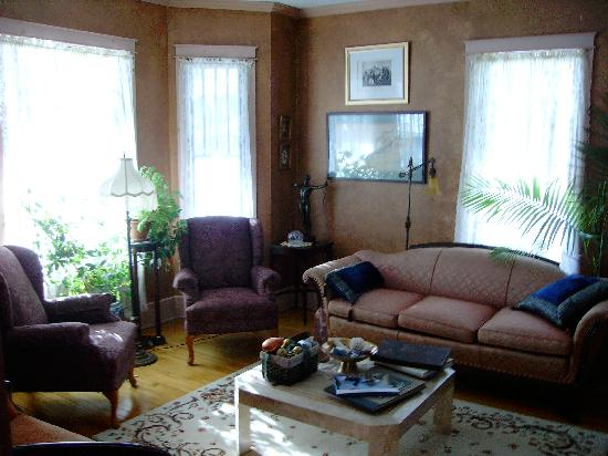 Anton-Walsh House: The living room