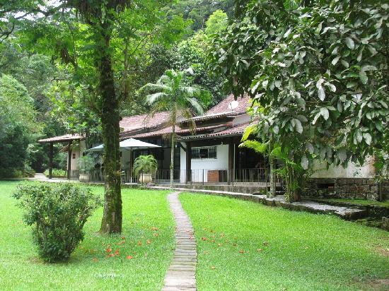 Serra Dos Tucanos: The lodge garden