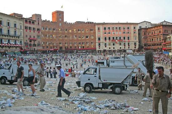 Palazzo Masi : The palio is finished, now the clean up begins