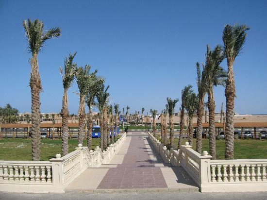 Tirana Aqua Park Resort: Eingangsallee