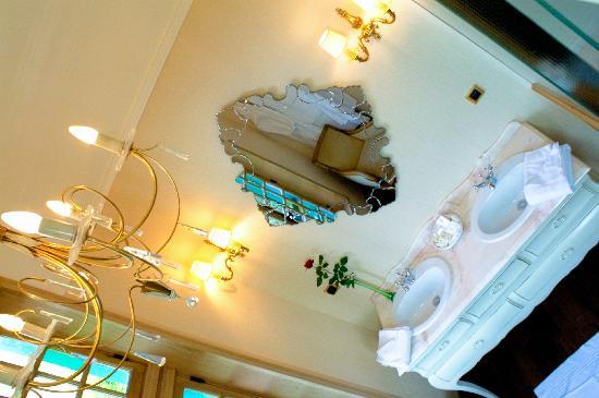 Salle de bain avec Jacuzzi - Photo de Moulin de Connelles, Connelles ...
